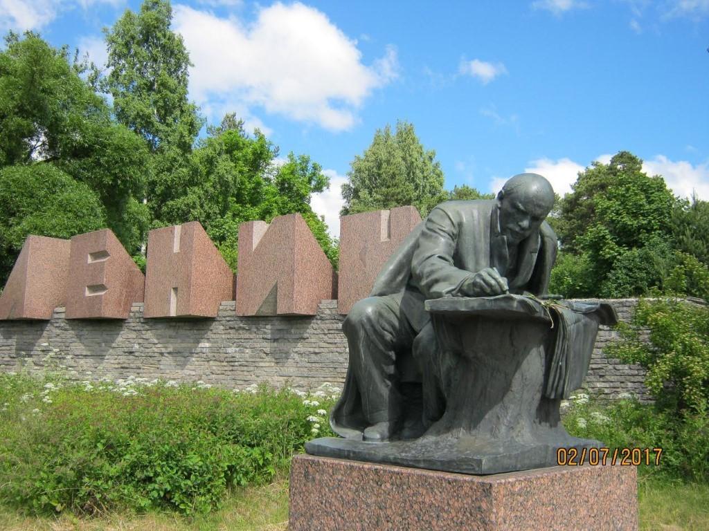 Как находят клады. Памятник запечатлел Владимира Ильича заработой…