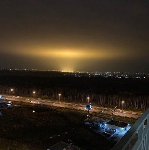 Оранжевый свет в небе над Санкт-Петербургом